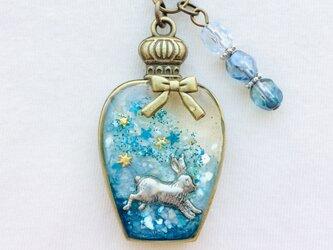 リボン香水瓶ストラップ (星追いウサギ)の画像