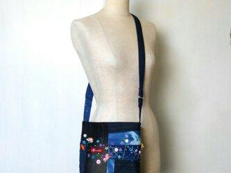 可憐な花刺繍 デニム パッチワーク ポシェット ~ ジーンズ リメイクの画像