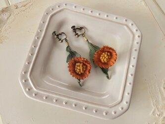 〈染め花〉秋色のmini daisy イヤリング(渋いオレンジ)の画像