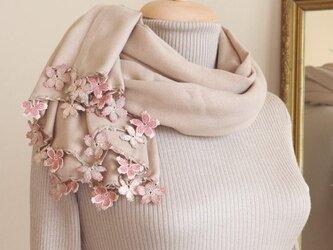 【受注製作】レースの花付き パシュミナストール「桜/2辺」サンドベージュの画像