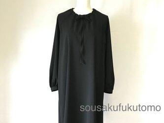 ラグラン袖の長袖ワンピース〈黒〉の画像