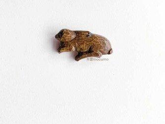 クスノキのブローチ *寝そべり野うさぎ* の画像