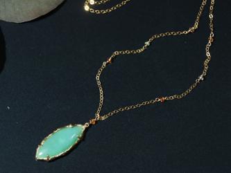 クリソプレーズとサファイヤのネックレスの画像