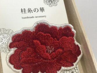 真紅の牡丹の日本刺繍のブローチの画像