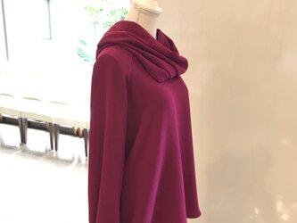 艶やかな赤紫色のスヌード付き長袖ブラウスの画像