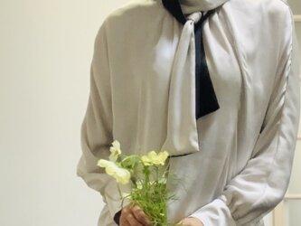 上品サテンのボウタイスカーフ配色ブラウス  シルバーグレーの画像