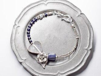 瑠璃色グーズベリーとボタニカルなカレンシルバーのブレスの画像
