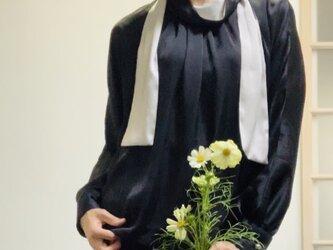上品サテンのボウタイスカーフ配色ブラウス  黒の画像