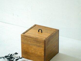 革ひもをあしらった木箱(立方体・小)の画像