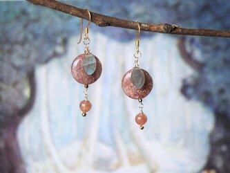 ふぞろいの林檎たち-モスコバイトの平たい耳飾り-の画像