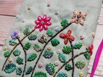 【クリスマスセール!】ビーズ刺繍 ブックカバー「ボタニカルガーデン」(文庫本用)の画像