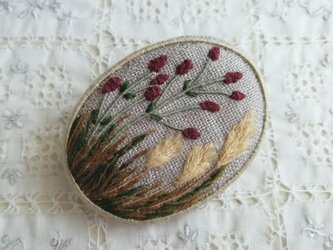 秋の草花のブローチの画像
