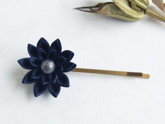 <送料無料>つまみ細工 お花のヘアピン ネイビーブルーの画像