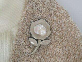 真珠と七宝焼きのブローチの画像