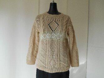 ベージュのガーンジー模様セーターの画像