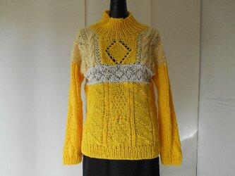 イエローのガーンジー模様セーターの画像