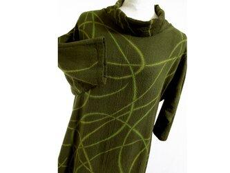曲線模様のガーゼ地・オフタートル七分袖コットンチュニック(鶯茶色)の画像