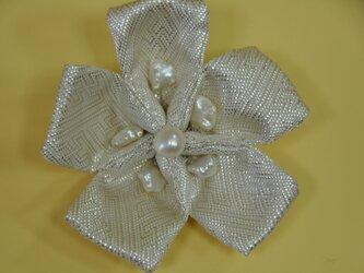 銀の帯と淡水パールに染めたもの使用したコサージュの画像