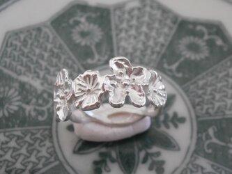 銀製の小さな花のリングの画像