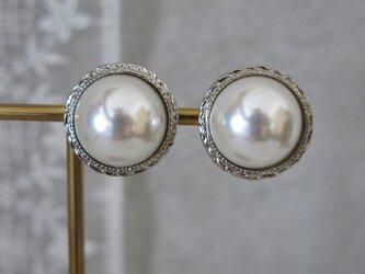 【イヤリング】19mm 真珠のような美しさ アンティークボタンイヤリング パールイヤリング シルバーメタルフレームの画像