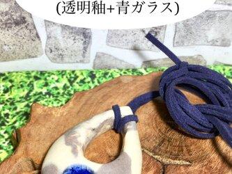ティアドロップ型マーブル模様陶器ネックレス(透明釉+青ガラス)の画像