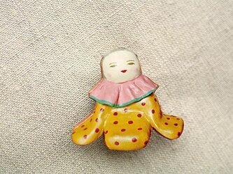 黄色いおべべの人形ブローチの画像