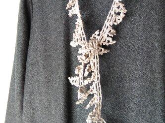 灰ピンクベージュ もみの木のかぎ針編みネックレスの画像