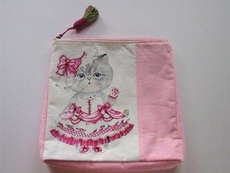 ピンクリボンのドレスを着たネコのポーチの画像