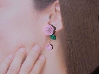 2Weyピアス[送料無料]ピンクローズ&花びら揺れる イヤリング ポリマークレイ㊳の画像