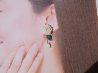 2Weyピアス[送料無料]白薔薇&花びら揺れる イヤリング クレイフラワー㊴の画像
