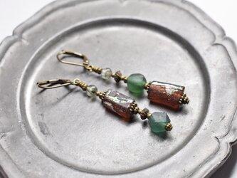 2種類のローマングラスとグリーンルチルクォーツのアンシメトリーピアスの画像