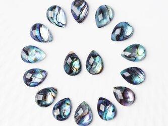大粒アバロンシェルと水晶によるペアシェイプスタッドピアス ~Adelineの画像