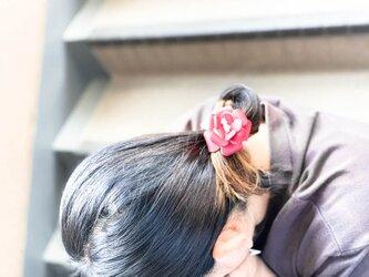 ▲FLORAL 可憐な牡丹のように赤いお花「フローラルキュービック ヘアゴム」お団子グレードアップ(FCH-RRR)の画像