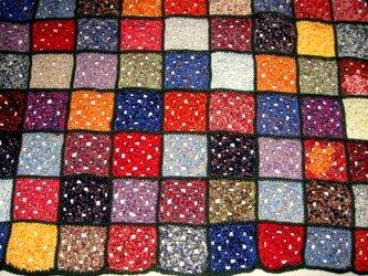 ざっくり編んだグラニースクエアのブランケット☆マルチカラー×ダークグリーンの画像