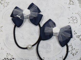 ★りぼん★ 白いチュールとバラと紺のダブルリボンのヘアゴムの画像