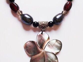 黒蝶貝とガーネットのダークカラーネックレス Y-0417の画像