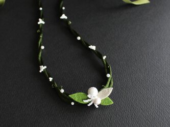 白い小花xダークグリーンのねじりネックレス リボン留めの画像