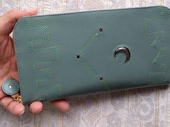 刺繍革財布『街』水浅葱色牛革×グリーン(ラウンドファスナー)の画像