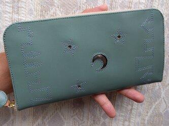 刺繍革財布『街』水浅葱色牛革×ライトブルー&パープル(ラウンドファスナー)の画像