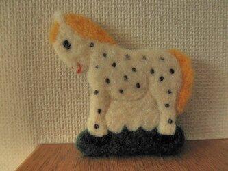 水玉模様の馬ブローチの画像