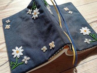 【SALE】ブックカバー ビーズ刺繍 「マーガレット」 (文庫本用)の画像