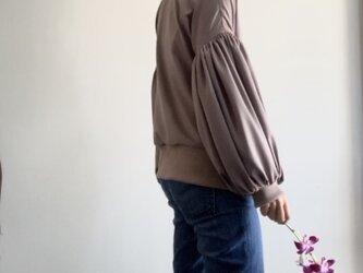 スエード調サテンでボリューム袖のゆったりトレーナー モカの画像