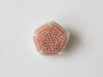 ピンクベージュの宝石 ブローチの画像