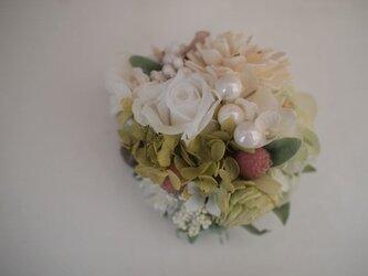 花と実のコサージュ(プリローズ入)白の画像
