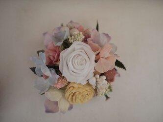 花と実のコサージュ(プリローズ入)ホワイトの画像