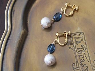 ロンドンブルートパーズとコットンパールのイヤリング(真鍮・ネジ式)の画像