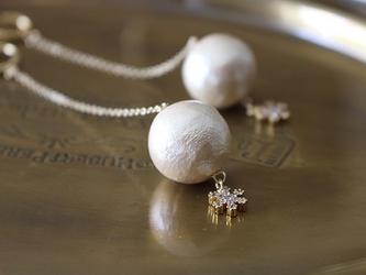 雪の結晶とコットンパールのロングチェーンイヤリング(真鍮・フープタイプ)の画像