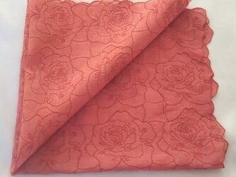 茜染 バラ刺繍 ハンカチの画像