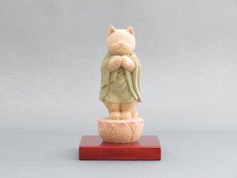 木彫り 立ち袈裟を着た合掌猫 猫仏1931の画像
