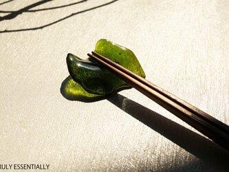 4個セット ● 光沢ガラスの箸置き -「みどりのガラス 」● 緑色・光沢の画像
